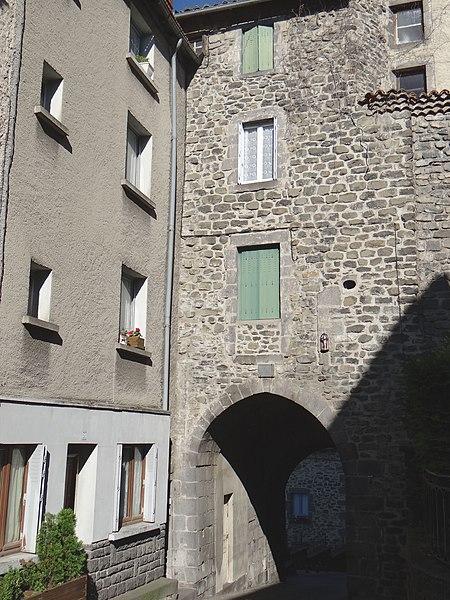 Photo du Monument Historique Porte des Tuiles situé à Saint-Flour