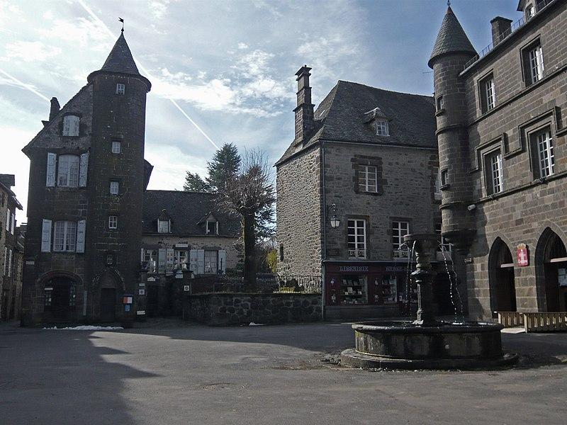 Photo du Monument Historique Maison à tourelle dite Maison de Lafarge situé à Salers