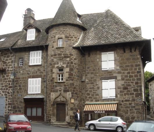 Photo du Monument Historique Maison dite des Princes de Monaco situé à Vic-sur-Cère