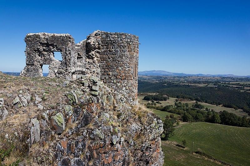 Photo du Monument Historique Château fort d'Apchon situé à Apchon