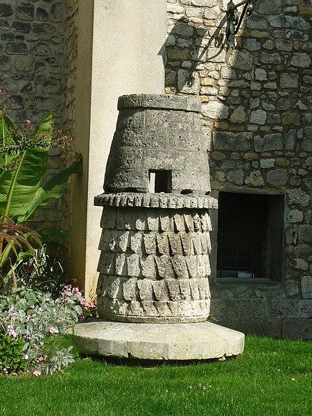 Photo du Monument Historique Ancienne lanterne des morts situé à Angoulême