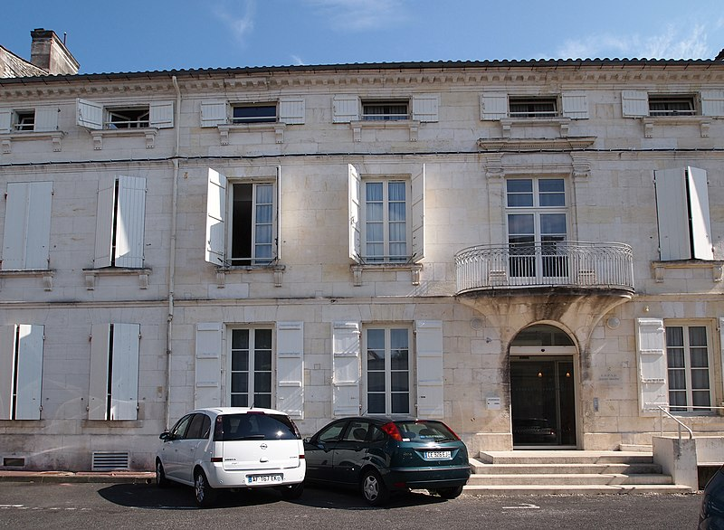 Photo du Monument Historique Immeuble, actuellement clinique situé à Cognac