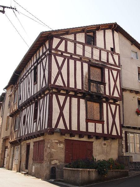 Photo du Monument Historique Maison à pans de bois situé à Confolens