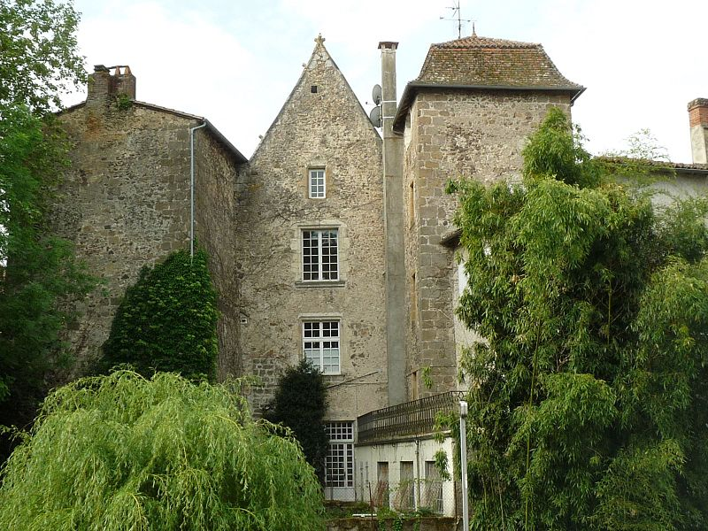 Photo du Monument Historique Manoir des Comtes situé à Confolens