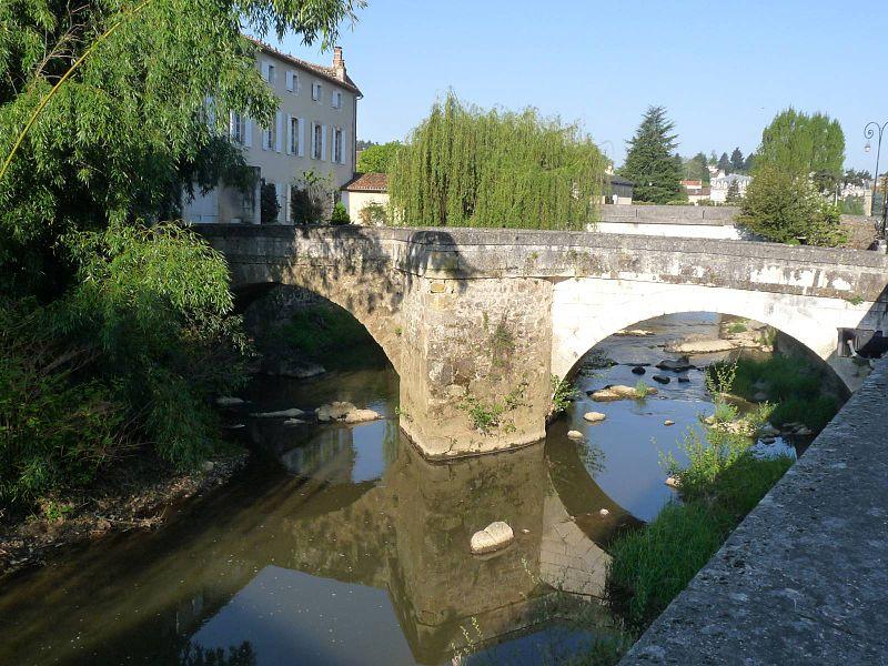 Photo du Monument Historique Pont sur le Goire situé à Confolens