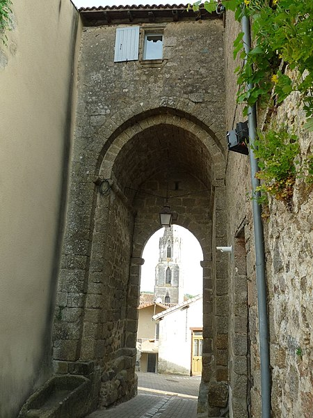 Photo du Monument Historique Ancienne porte de ville situé à Confolens