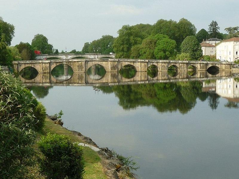 Photo du Monument Historique Vieux Pont situé à Confolens