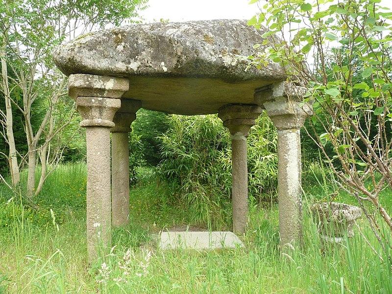 Photo du Monument Historique Dolmen converti en chapelle dite de la Madeleine situé à Lessac