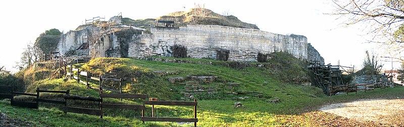 Photo du Monument Historique Ruines du château situé à Merpins