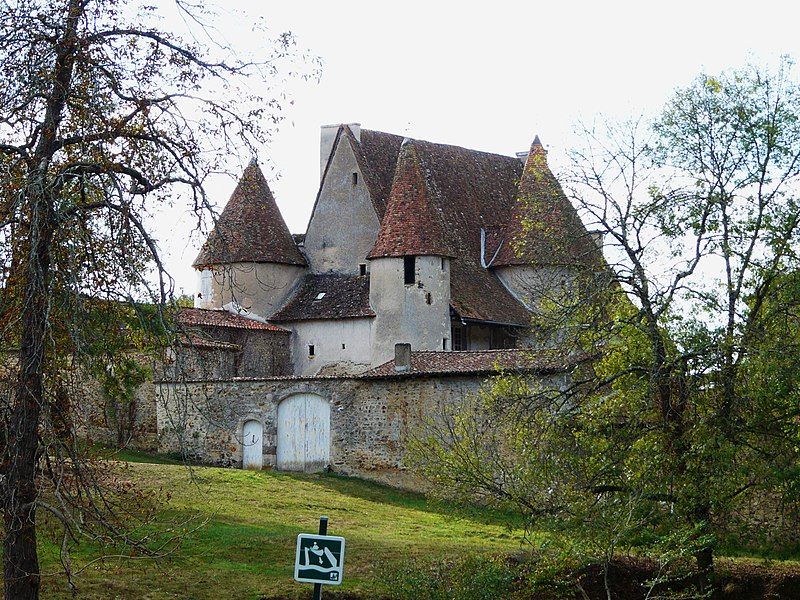 Photo du Monument Historique Château de Chabrot situé à Montbron