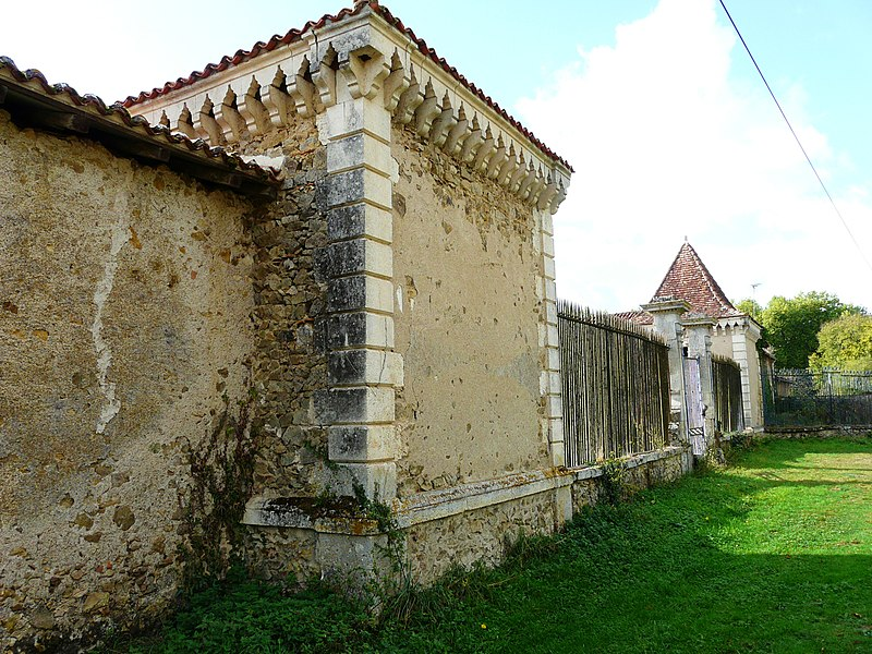 Photo du Monument Historique Château de Menet situé à Montbron