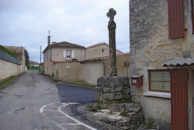 Photo du Monument Historique Croix de carrefour situé à Mouthiers-sur-Boëme