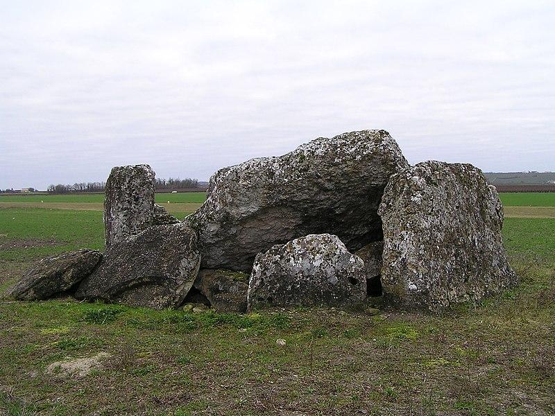 Photo du Monument Historique Dolmen dit la Pierre Levée situé à Saint-Même-les-Carrières
