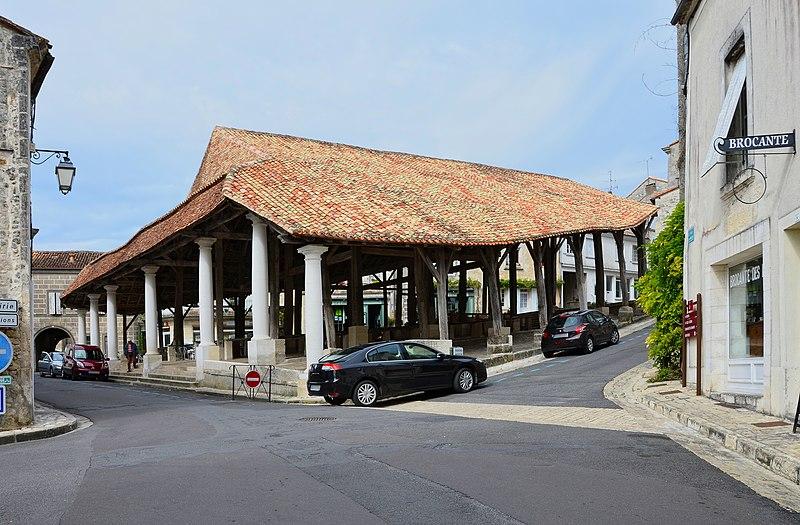 Photo du Monument Historique Halles situé à Villebois-Lavalette