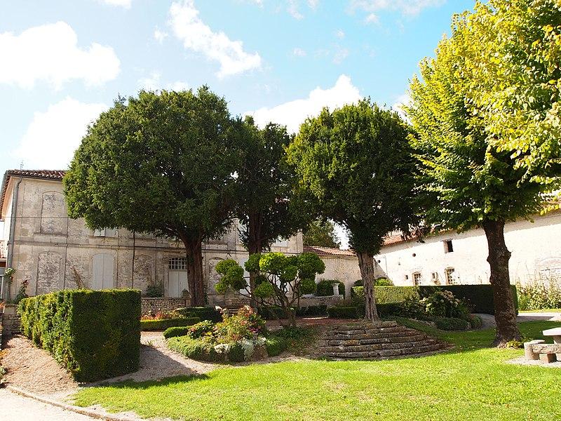 Photo du Monument Historique Presbytère et jardin situé à Salles-d'Angles