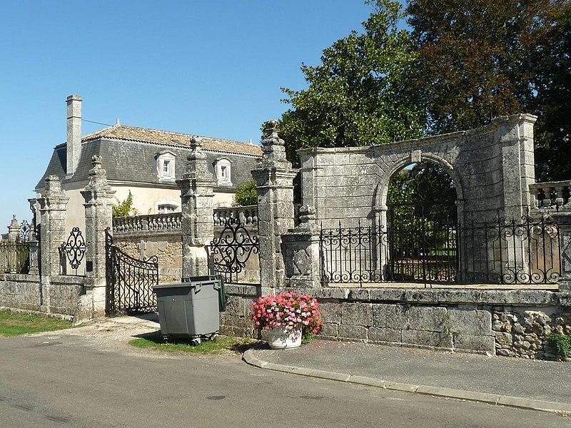 Photo du Monument Historique Château situé à Charras