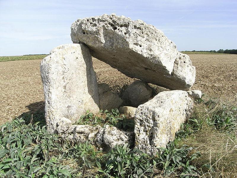 Photo du Monument Historique Dolmen dit La Pierre Fouquerée situé à Ardillières