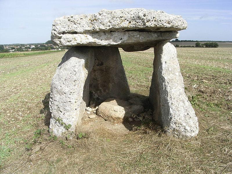 Photo du Monument Historique Dolmen dit La Pierre Levée situé à Ardillières