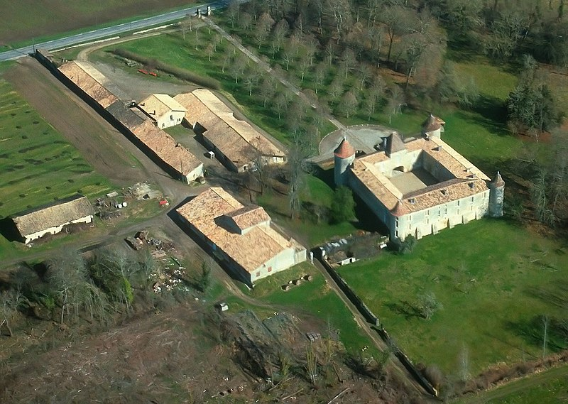 Photo du Monument Historique Château de Chaux situé à Chevanceaux