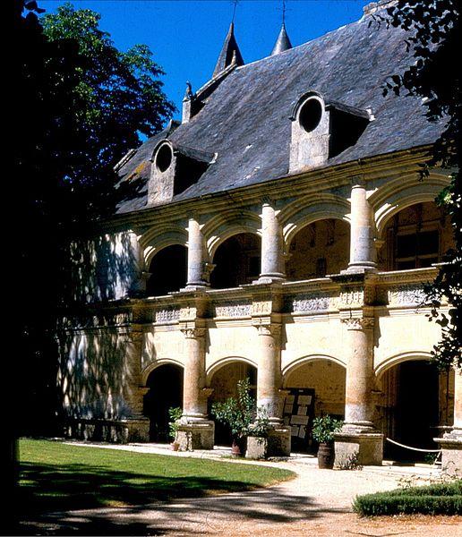 Photo du Monument Historique Château et ses dépendances situé à Dampierre-sur-Boutonne