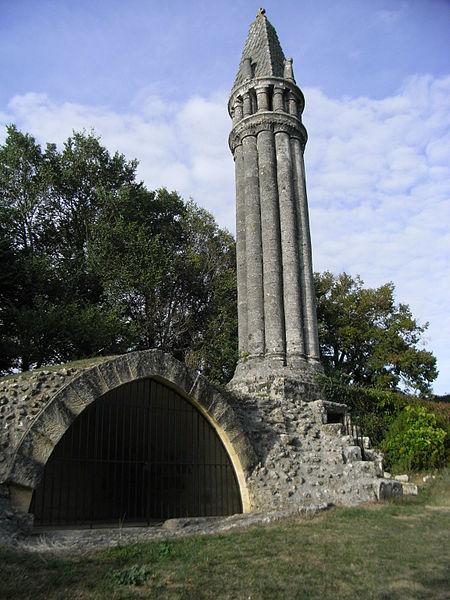 Photo du Monument Historique Lanterne des morts situé à Fenioux