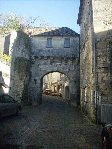 Photo du Monument Historique Vieille porte de ville situé à Jonzac