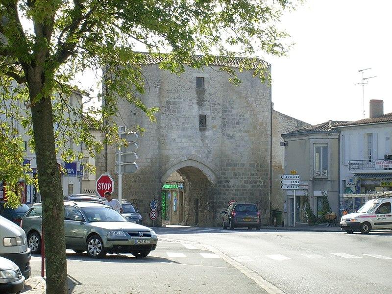Photo du Monument Historique Anciennes fortifications situé à Pont-l'Abbé-d'Arnoult