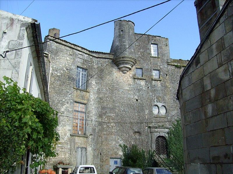 Photo du Monument Historique Ancien prieuré Saint-Pierre situé à Pont-l'Abbé-d'Arnoult