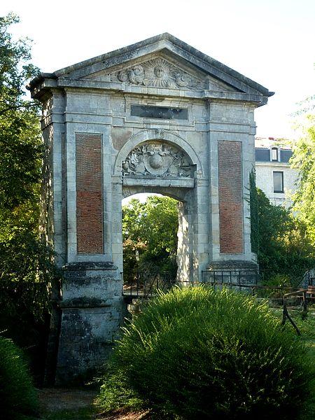Photo du Monument Historique Porte Dauphine situé à La Rochelle