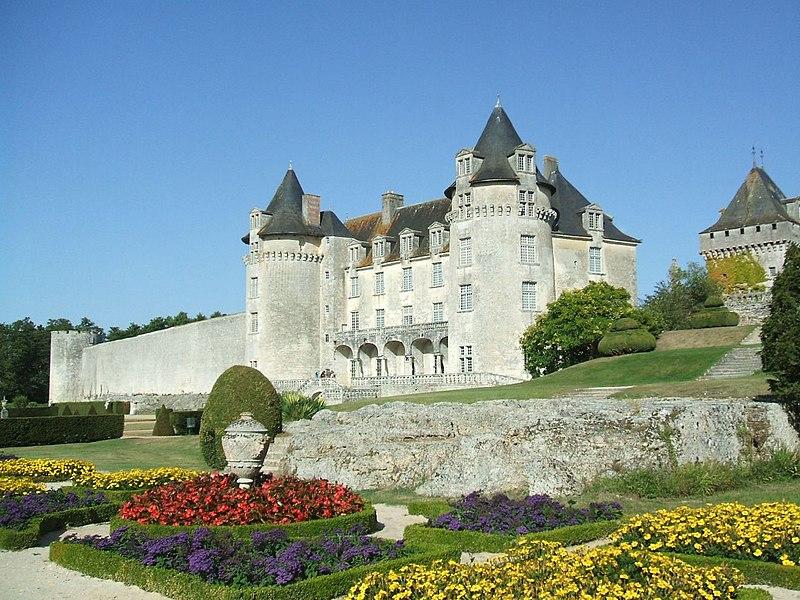 Photo du Monument Historique Château de la Rochecourbon situé à Saint-Porchaire