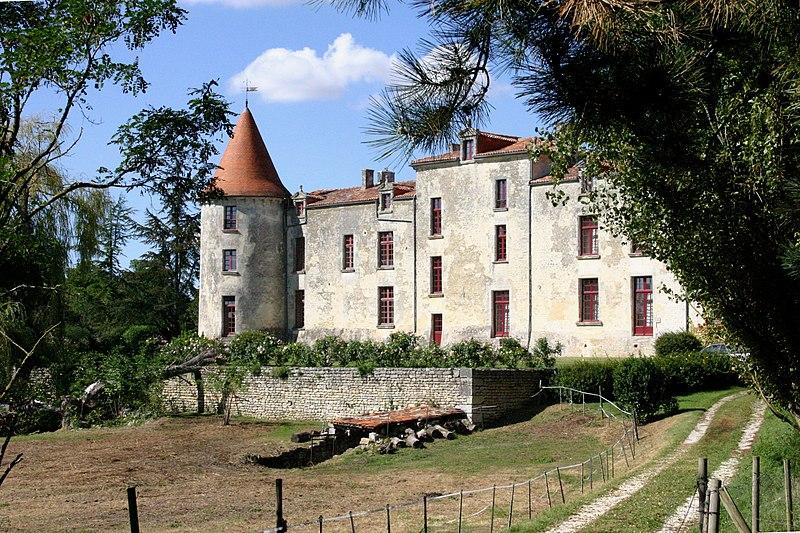 Photo du Monument Historique Château de Bernere situé à Saint-Savinien
