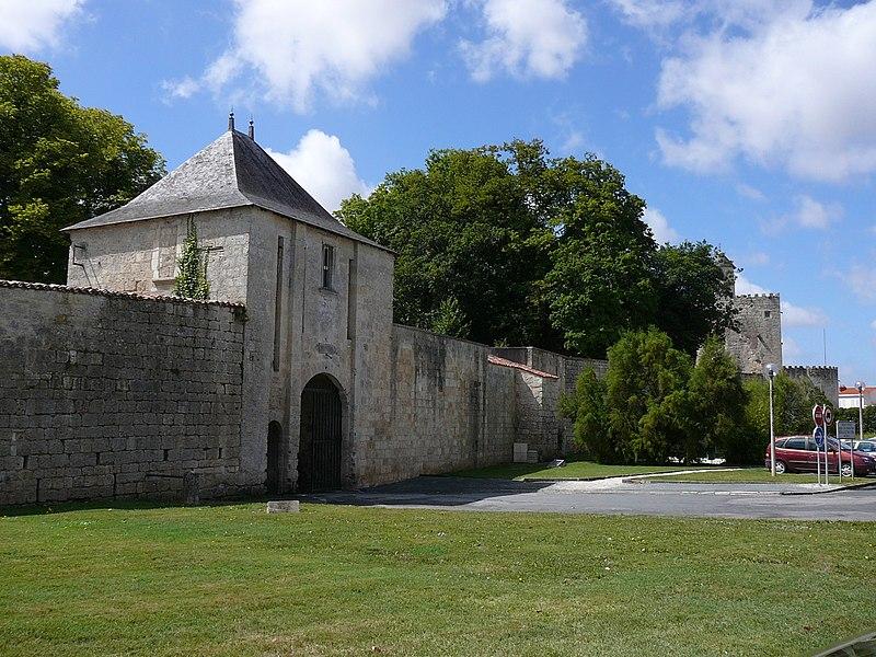 Photo du Monument Historique Ancien château situé à Surgères