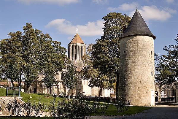 Photo du Monument Historique Eglise Notre-Dame situé à Surgères