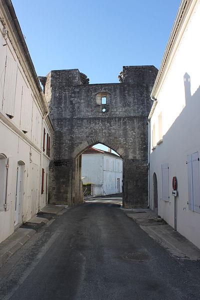 Photo du Monument Historique Porte de Ville, dite Porte Saint-Pierre situé à Tonnay-Boutonne
