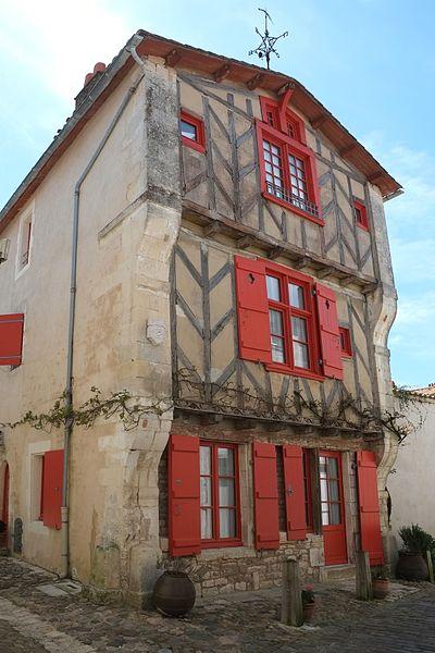 Photo du Monument Historique Maison à pan-de-bois dite de la Vinatrie situé à Saint-Martin-de-Ré