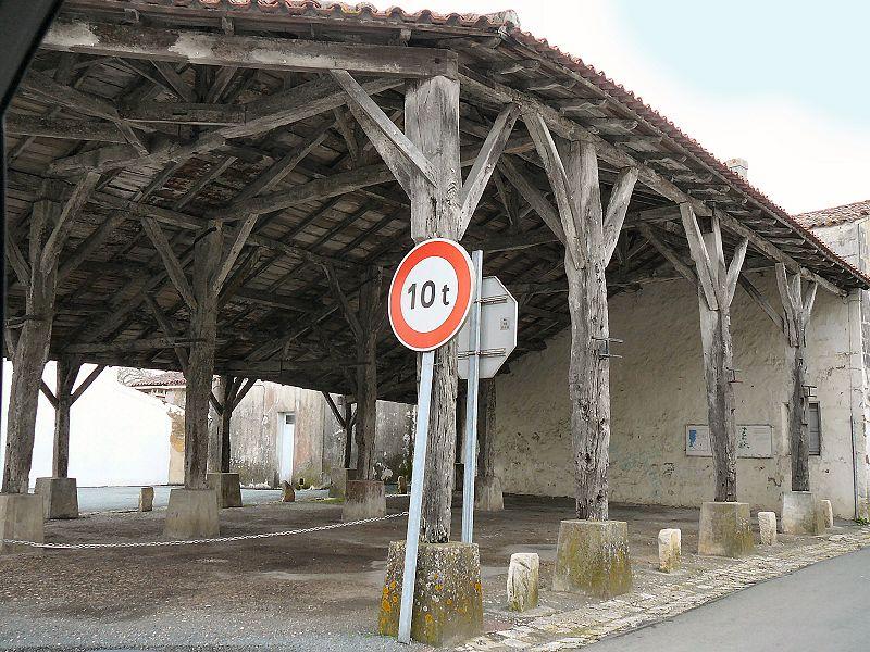 Photo du Monument Historique Halle situé à Saint-Jean-d'Angle