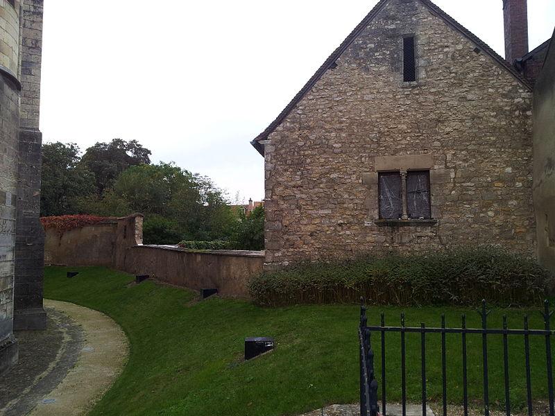 Photo du Monument Historique Cloître de la cathédrale situé à Bourges