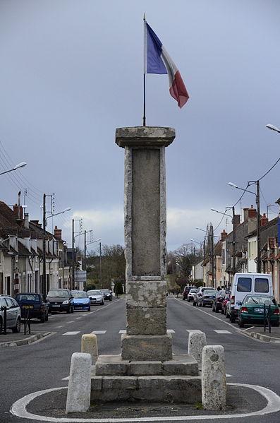 Photo du Monument Historique Borne milliaire en pierre de l'époque gallo-romaine situé à Bruère-Allichamps