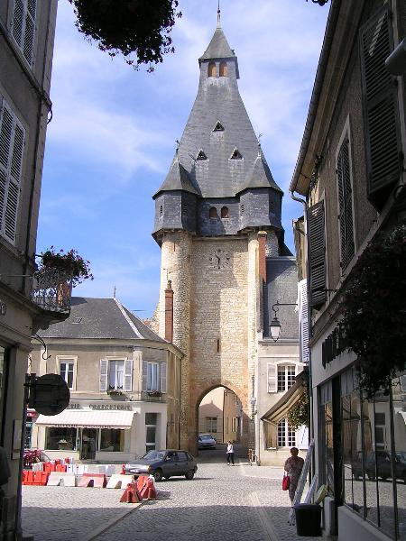 Photo du Monument Historique Fortification d'agglomération et château dit La Salle le Roi, ou Palais royal situé à Dun-sur-Auron
