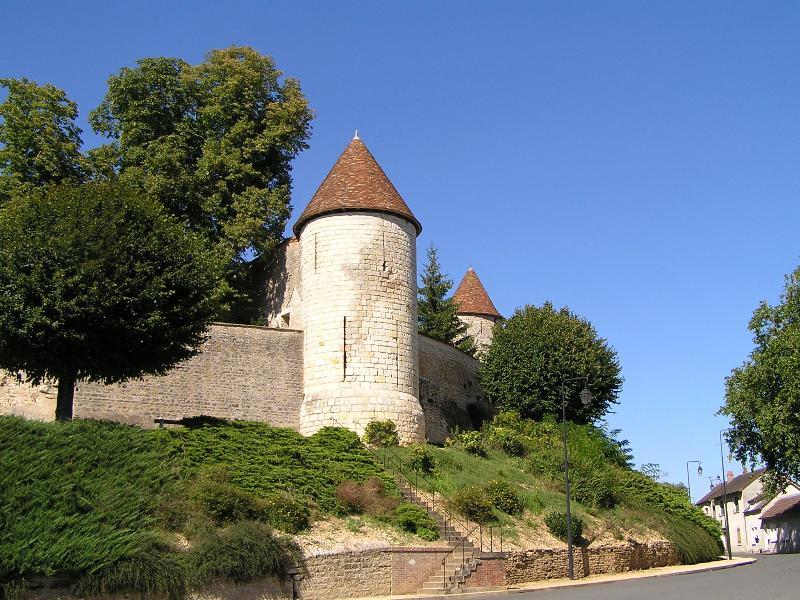 Photo du Monument Historique Anciennes fortifications urbaines situé à Dun-sur-Auron