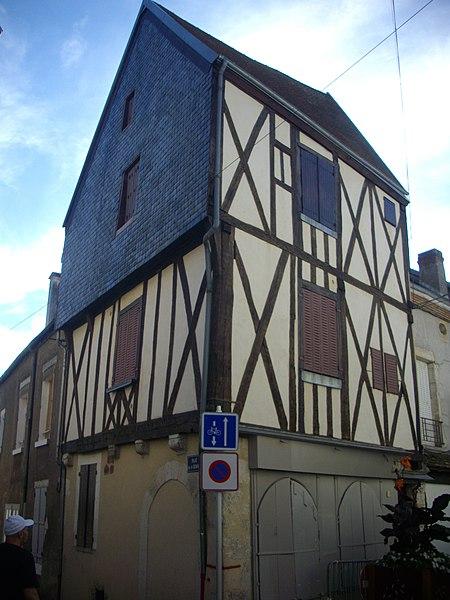 Photo du Monument Historique Maison à pans de bois situé à Vierzon