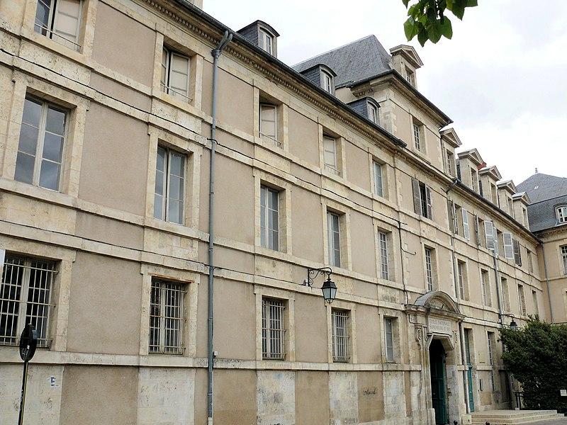 Photo du Monument Historique Ancien collège des Jésuites, dénommé collège Sainte-Marie, devenu lycée de garçons, actuellement école nationale supérieure d'Art situé à Bourges