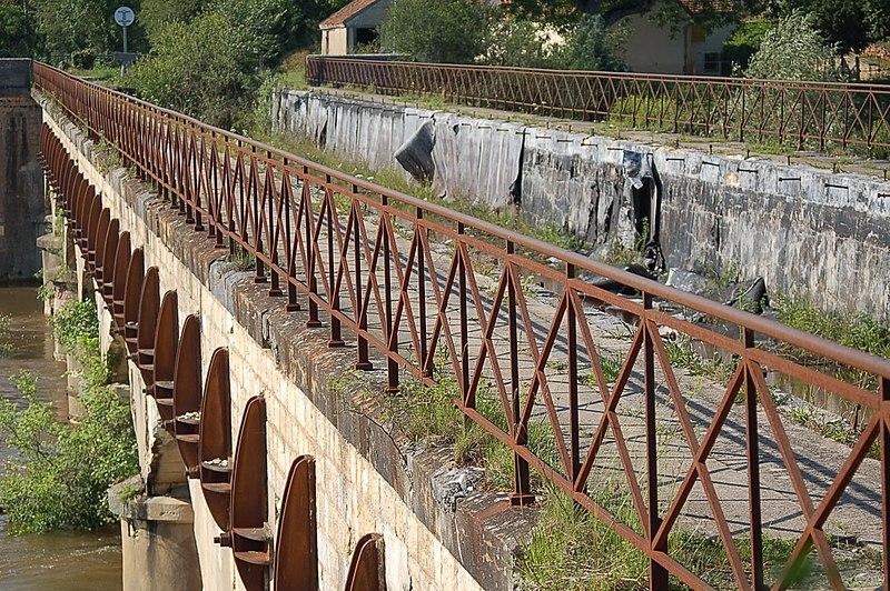 Photo du Monument Historique Ouvrages du canal de Berry situé à Ainay-le-Vieil