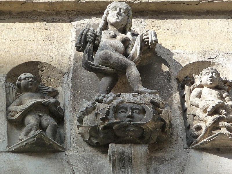 Photo du Monument Historique Maison devant le portail méridional de l'église Saint-Pierre situé à Beaulieu-sur-Dordogne