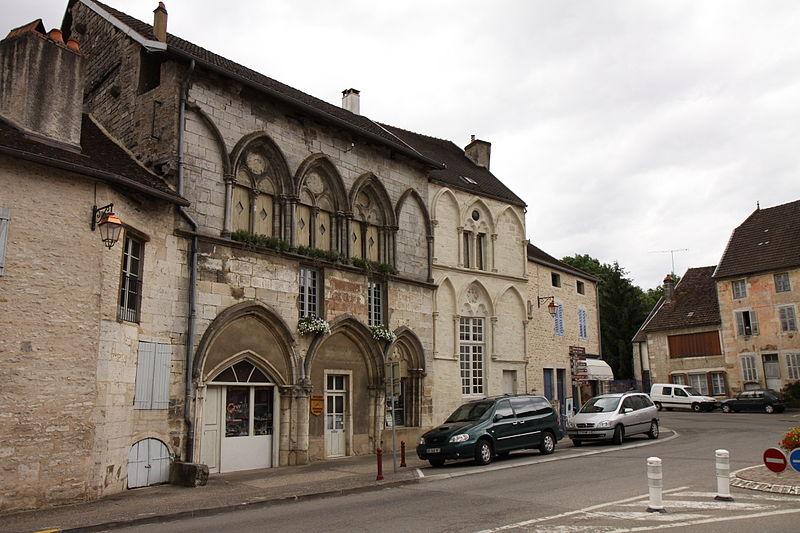 Photo du Monument Historique Maison du 13e siècle, sur la place publique situé à Bèze
