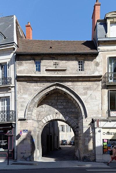 Photo du Monument Historique Porte dite de l'Ancien Evêché situé à Dijon