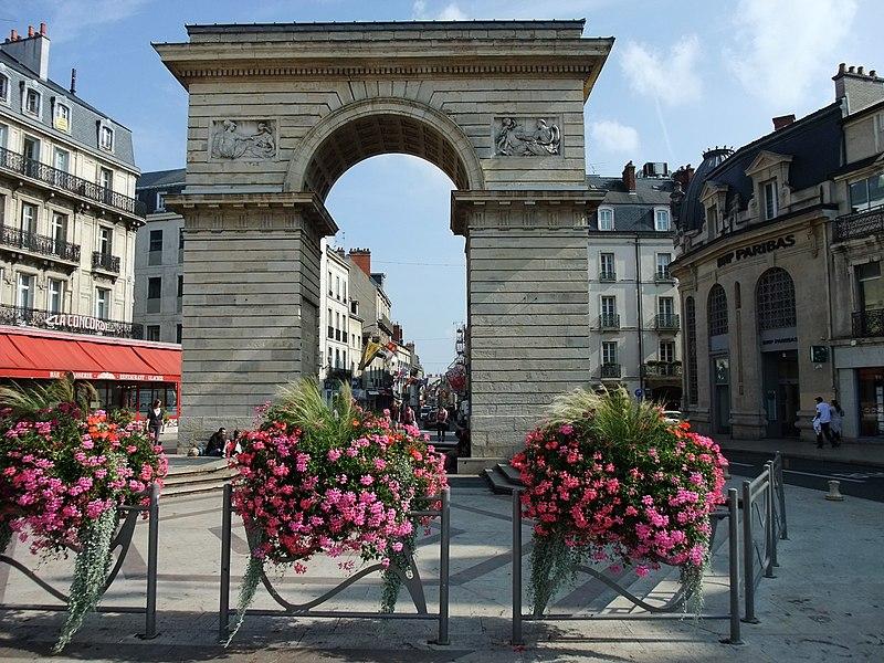 Photo du Monument Historique Porte Guillaume situé à Dijon