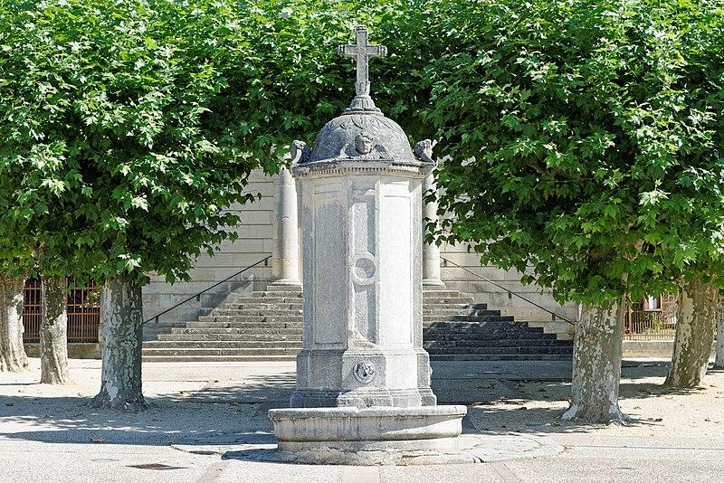 Photo du Monument Historique Fontaine et son bassin situé à Longchamp