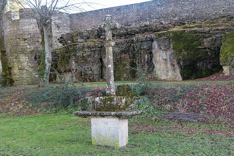 Photo du Monument Historique Croix moderne élevée à l'une des extrémités de la promenade sud des remparts situé à Mont-Saint-Jean