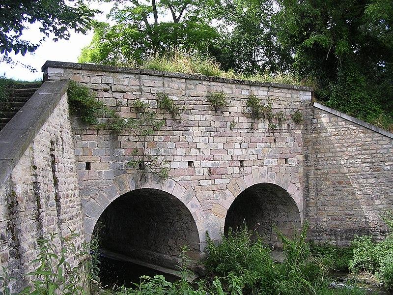Photo du Monument Historique Pont-aqueduc des Arvaux sur la Varaude situé à Noiron-sous-Gevrey